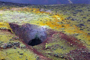 A hole with intense fumarole deposits. (Photo: Tom Pfeiffer)