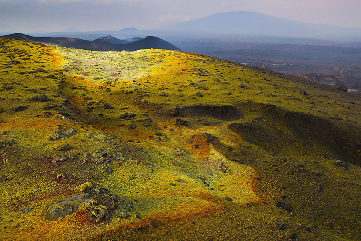 A yellow sulfur field on the rim reminds us of the northern Bocca Nuova rim. (Photo: Tom Pfeiffer)
