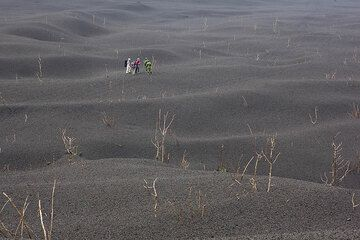 Part of our group lost in the gray waves of the scoria desert. (Photo: Tom Pfeiffer)