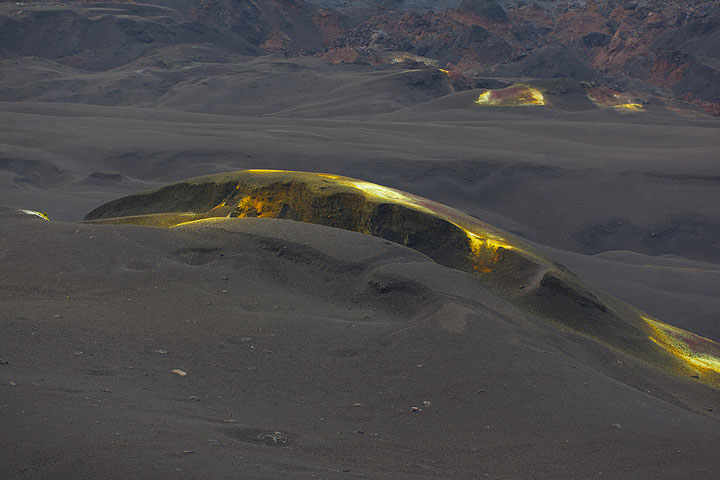 Curved fracture with sulfur (Photo: Tom Pfeiffer)