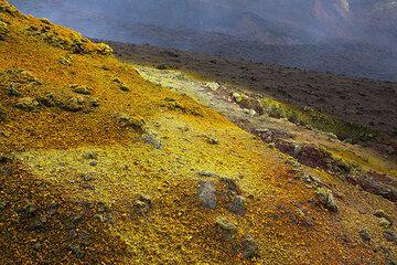 Yellow sulfur (Photo: Tom Pfeiffer)