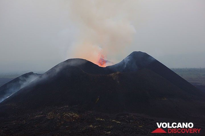 The eastern Kimanura cone with a moderate ejection of lava in the afternoon. (Photo: Tom Pfeiffer)