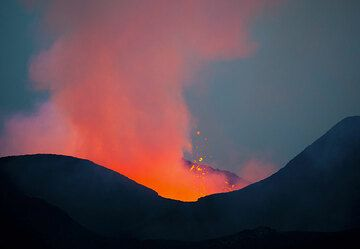 The lava lake inside the cone can not be seen, but heard, and indirectly be seen from the strong glow it emits. (Photo: Tom Pfeiffer)