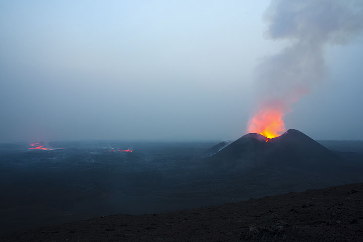 View of the vast lava field and the eastern Kimanura cone to the right. The channeled lava flow is in the distance left. (Photo: Tom Pfeiffer)