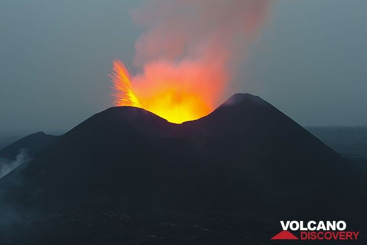 Eruption in the blue hour (Photo: Tom Pfeiffer)