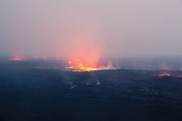 The next day, the lava flow has split at some point and created an island. (Photo: Tom Pfeiffer)