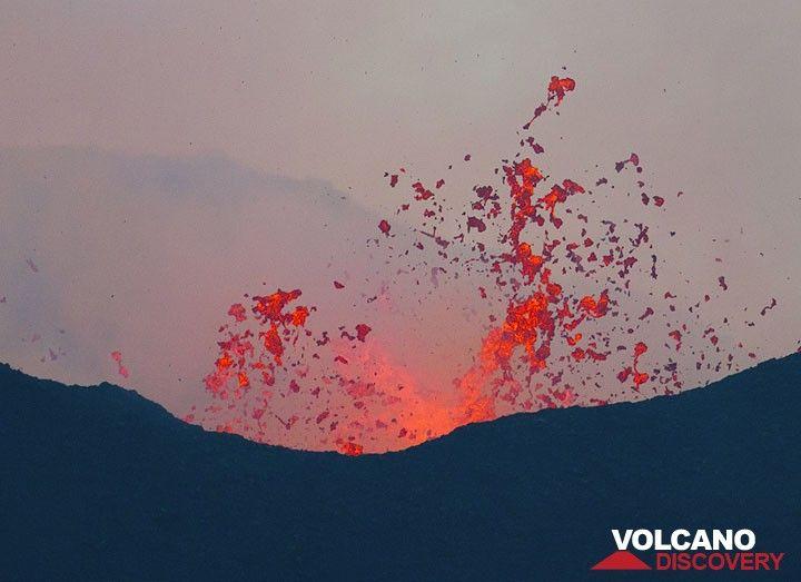 Liquid spattering from the lava lake inside. (Photo: Tom Pfeiffer)