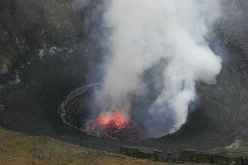 View towards the lava lake in daylight. (Photo: Tom Pfeiffer)