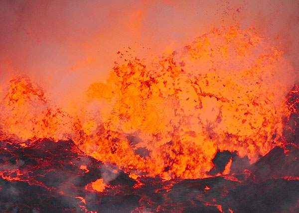 Zoom onto an exploding lava bubble about 10 m across. (Photo: Tom Pfeiffer)