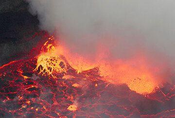 Lava bubble erupting near the lava lake rim. (Photo: Tom Pfeiffer)
