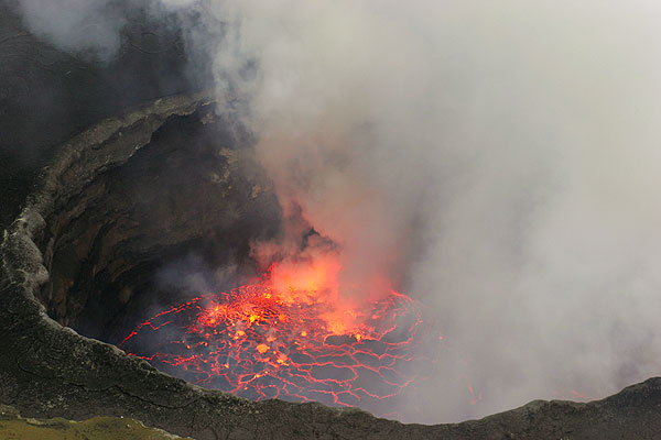Dense steam and gas plume rising from the lava lake. (Photo: Tom Pfeiffer)