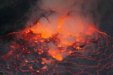 Degassing lava fountains at the lake margin. (Photo: Tom Pfeiffer)