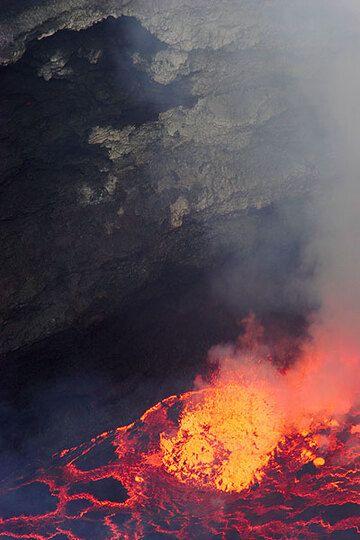 Lava fountains (Photo: Tom Pfeiffer)