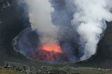 Lava lake with central and rim fountain. (Photo: Tom Pfeiffer)