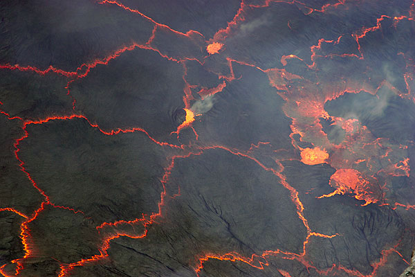 Small degassing fountains start to disrupt the pattern of floating lava lake crust pieces. (Photo: Tom Pfeiffer)