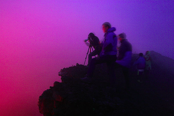 Silhouettes of observers at the crater rim. (Photo: Tom Pfeiffer)