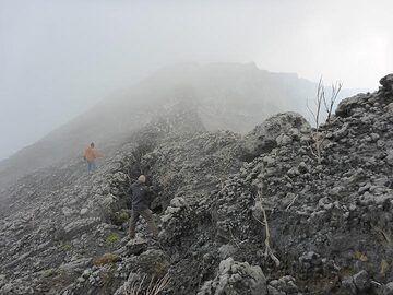 8 June 2017 morning hike along Nyiragongo´s caldera rim towards the western part of the volcano´s summit. (Photo: Ingrid Smet)