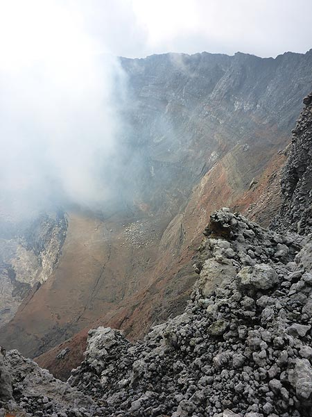 View onto the colourful layers of volcanic deposits that make up the inner walls of Nyiragongo´s summit caldera. (Photo: Ingrid Smet)