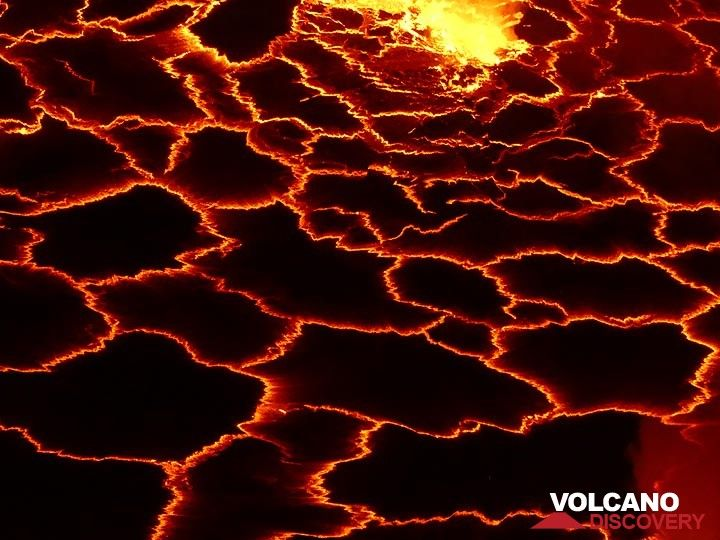 Geometric pattern of the thin black crust on the lava lake´s surface that is continuously broken apart by heat and degassing from the underlying liquid lava. (Photo: Ingrid Smet)