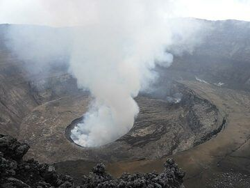 Relatively clear view into Nyiragongo´s caldera with the central active lava lake and to its east-southeast the 2016 hornito and dark brown lava flows. (Photo: Ingrid Smet)