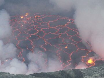 Zig zag pattern of the cracked crust that forms on top of Nyiragongo´s lava lake through instant cooling of the more than 1000 degree C lava when it comes in contact with the air. (Photo: Ingrid Smet)
