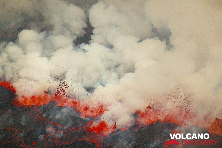 """A """"fissure eruption"""" on the lava lake's surface. (Photo: Tom Pfeiffer)"""