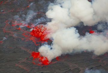 Beautiful fountain in the middle of the lava lake. (Photo: Tom Pfeiffer)
