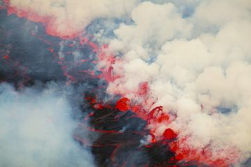 A boiling row of fountains traverses half of the lava lake. (Photo: Tom Pfeiffer)