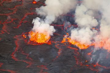 In lower light, the contrast of the lava and the dark surface of the barely cooled crust becomes stronger. (Photo: Tom Pfeiffer)