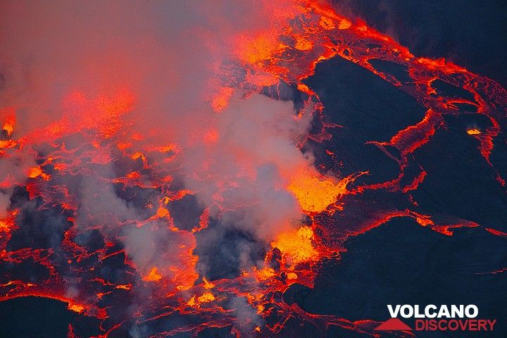 The exploding gas bubble cause large waves on the surface of the lava lake. (Photo: Tom Pfeiffer)