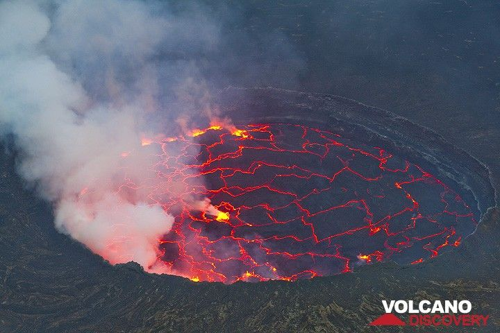 As evening approaches, the lava color becomes more intense. (Photo: Tom Pfeiffer)
