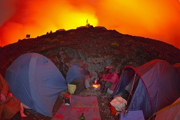 Our kitchen at the camp just 10 meters below the rim of the crater... (Photo: Tom Pfeiffer)