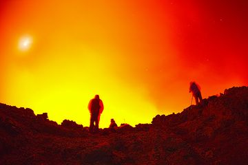Silhouettes of two lava watchers. (Photo: Tom Pfeiffer)