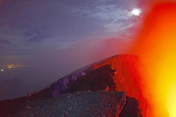 Las luces de la ciudad de Goma en el fondo izquierdo recuerdan de pie sobre el volcán Etna y mirando hacia abajo a Catania... (Photo: Tom Pfeiffer)