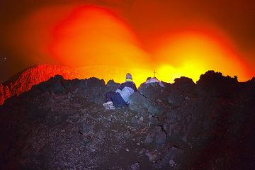 Gilles in position to watch the lava lake. (Photo: Tom Pfeiffer)
