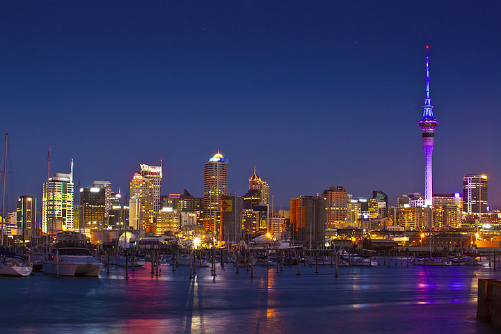 The skyline of Auckland and its yacht harbour in the evening (Photo: Tom Pfeiffer)
