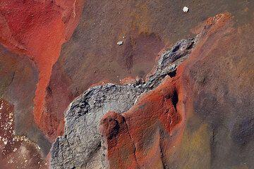 Layers of oxidized scoria at Tongariro volcano's Red Crater (Photo: Tom Pfeiffer)