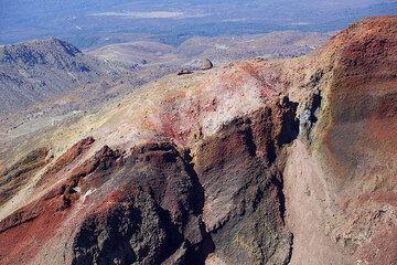 Red scoria layers at the Red Crater of Tongariro volcano (Photo: Tom Pfeiffer)