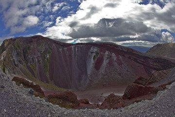 View of the crater of Tarawera volcano (Photo: Tom Pfeiffer)