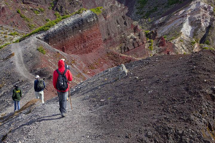 Hiking along the rim of Mt Tarawera volcano (New Zealand) (Photo: Tom Pfeiffer)
