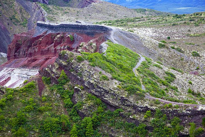 Colorful crater rims of Tarawera volcano (NZ) (Photo: Tom Pfeiffer)