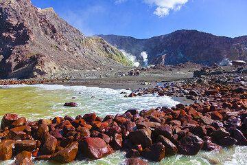 Shore of White Island (NZ) (Photo: Tom Pfeiffer)
