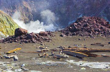 Gas vents on White Island (Photo: Tom Pfeiffer)