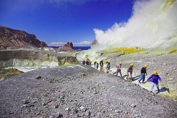 Group in the crater of White Island volcano, NZ (Photo: Tom Pfeiffer)