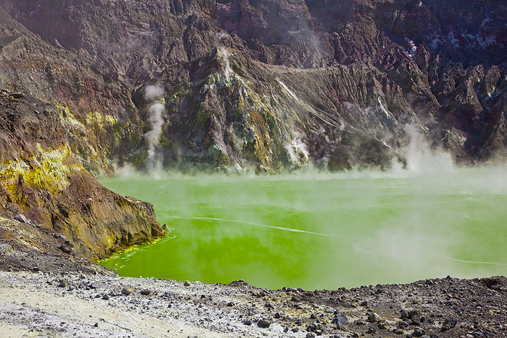 Green crater lake of White Island, New Zealand, in 2010 (Photo: Tom Pfeiffer)