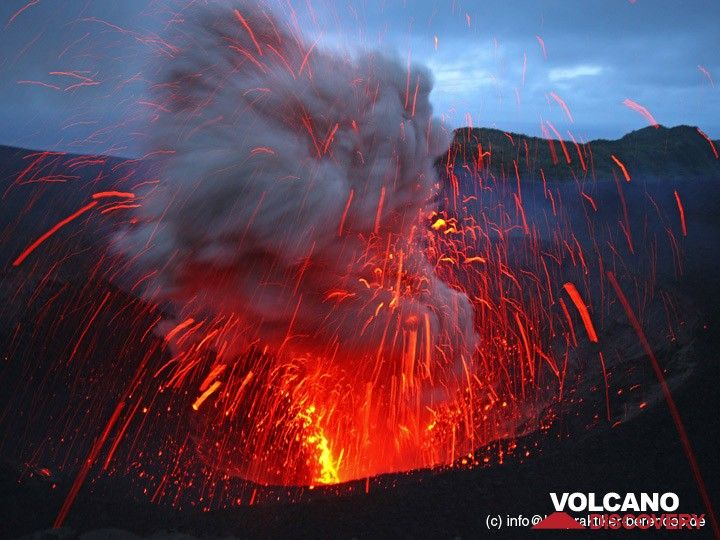 Explosion from Yasur volcano (Tanna Island, Vanuatu) in May 2013 (Photo: Dietmar)
