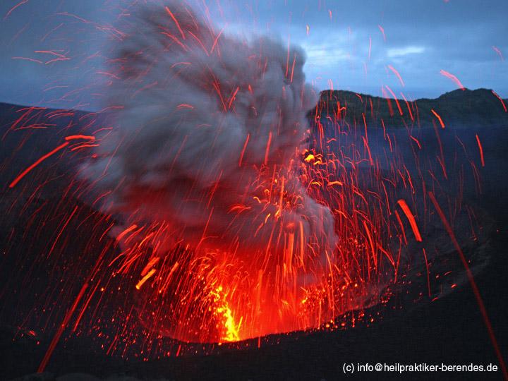Explosion from Yasur volcano (Tanna Island, Vanuatu) in May 2013 (Photo: Dietmar)