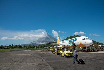 The volcano is only approx. 10 km distance from the airport, which in turn is located well inside the small city of Legazpi (approx. 200,000 inhabitants). (Photo: Tom Pfeiffer)