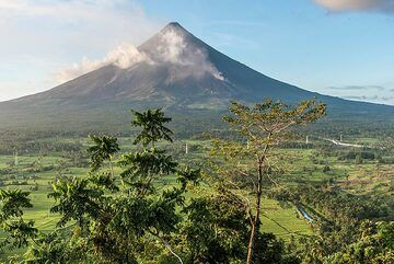 Lignon Hill, an ancient cinder cone from a flank eruption of Mayon, near the airport is one of the best viewing areas for Mayon volcano and offers easy access. The Phivolcs volcano observatory is also located here. (Photo: Tom Pfeiffer)