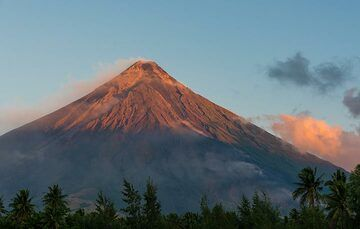 Within minutes, the cone is bathed in the golden morning light. (Photo: Tom Pfeiffer)